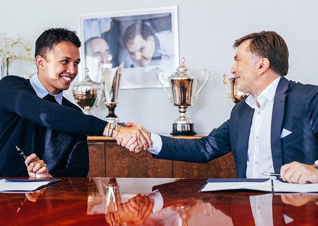 Йост Капито, исполнительный директор Williams, подписывает контракт с Алексом Элбоном, фото пресс-службы Williams