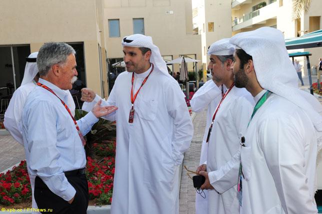 Чейз Кэри с организаторами Гран При Абу-Даби