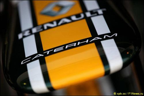 Эмблема Caterham на носовом обтекателе машины