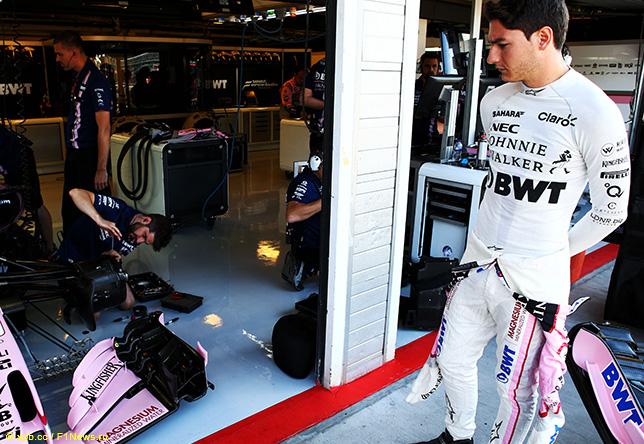 Альфонсо Селиш в боксах Force India