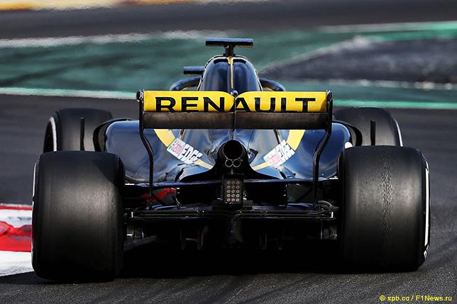 Вывод выхлопной системы на Renault R.S.18 расположен так, что поток раскалённых газов проходит под задним крылом