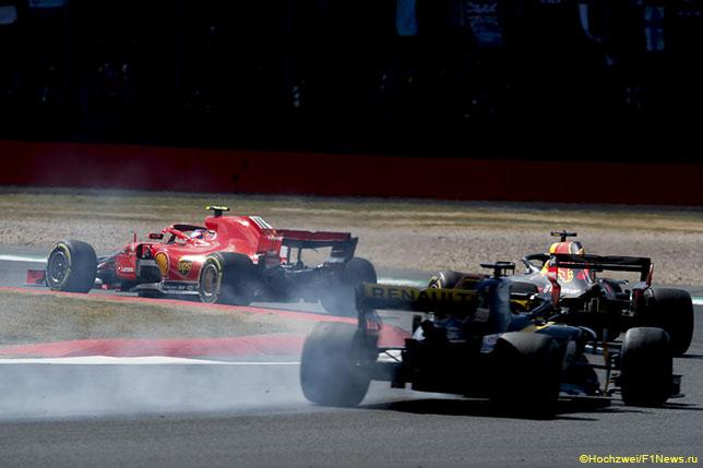 Нико Хюлкенберг пытается преследовать Ferrari Кими Райкконена и Red Bull Даниэля Риккардо на трассе Гран При Великобритании
