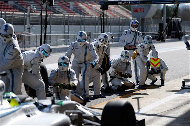 Механики Williams готовятся к пит-стопу