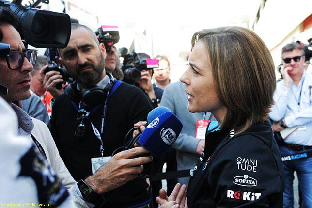 Клэр Уильямс общается с журналистами в паддоке барселонского автодрома