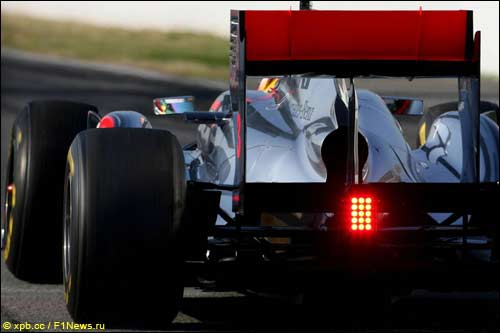 Льюис Хэмилтон за рулем McLaren MP4-26 на тестах