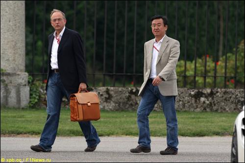 Руководители команды Toyota F1 Джон Хауэтт (слева) и Тадаши Ямашина