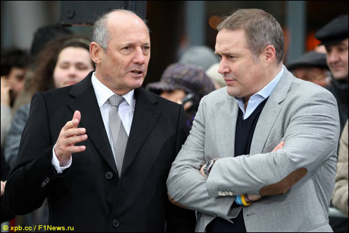 Рон Деннис (слева)