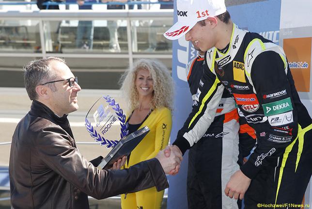Стефано Доменикали поздравляет Ландо Нориса с победой в гонке Формулы 3 в Монце