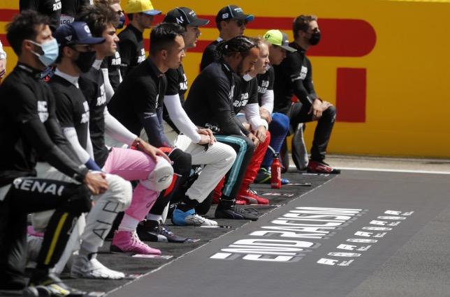 Акция, направленная против расизма, с которой начинались гонки в 2020 году, фото HochZwei