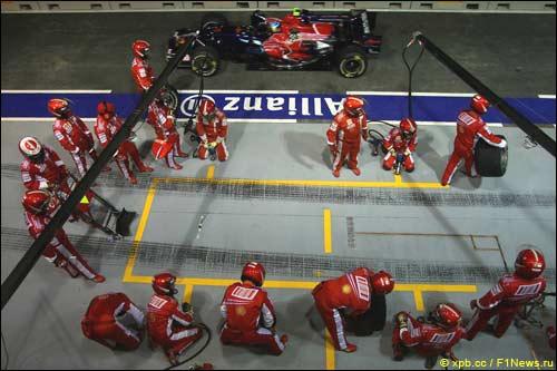 Ferrari готовится к пит-стопу