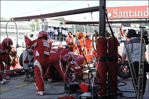 Команда Ferrari за работой