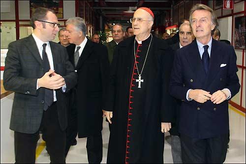 Кардинал Бертоне в сопровождении Луки ди Монтедземоло и Стефано Доменикали