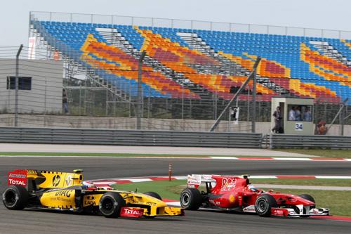 Гран При Турции. Фернандо Алонсо (справа) ведет борьбу с Виталием Петровым