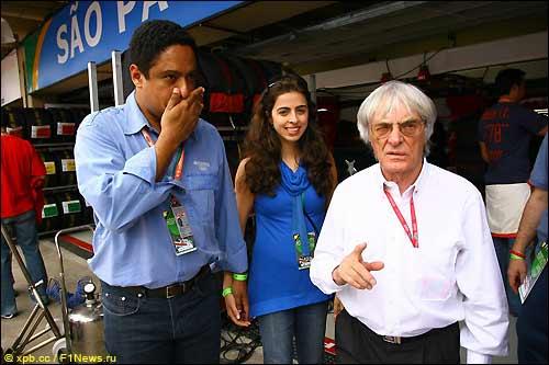 Берни Экклстоун (справа) в паддоке Гран При Бразилии