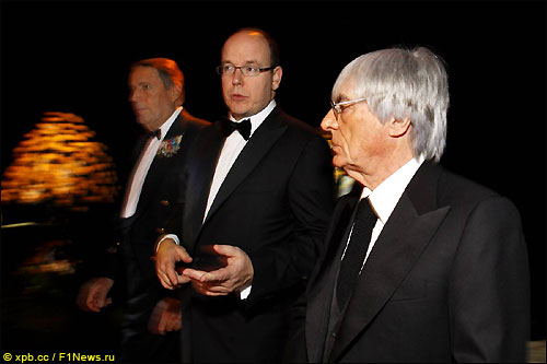 Берни Экклстоун (справа) и принц Альбер Ранье на церемонии FIA в Монако