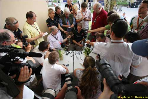 Себастьян Феттель в центре внимания прессы накануне Гран При Бахрейна