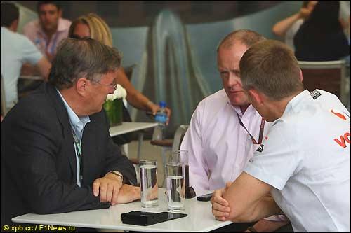 Бахрейн. Новый шеф McLaren Group Ричард Лэпторн, представитель FIA Алан Донелли и руководитель команды Мартин Уитмарш