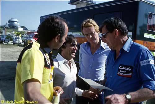 Берни Экклстоун (второй слева) и Макс Мосли (третий слева) на Гран При Испании, 1980 г.