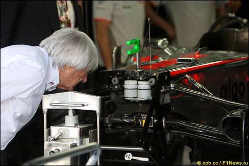 Берни Экклстоун изучает устройство McLaren MP4-25