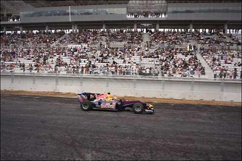 Карун Чандхок за рулем машины Red Bull на корейской трассе
