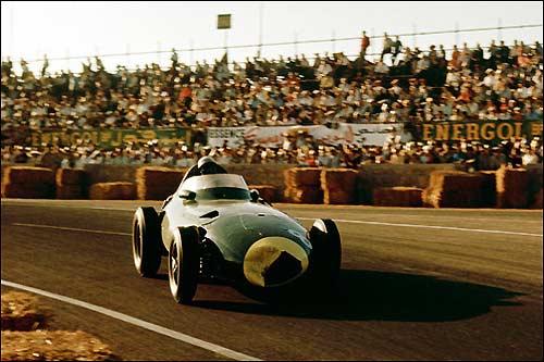 Стирлинг Мосс за рулем Vanwall на пути к победе в Гран При Марокко, 1958 год