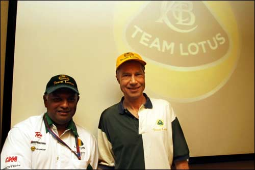 Тони Фернандес и Дэвид Хант (справа)