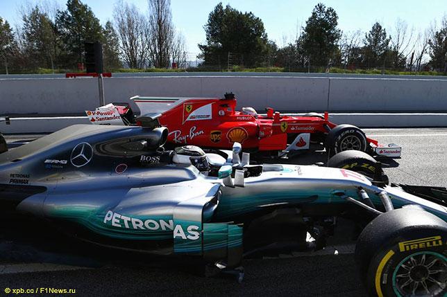 Машины Ferrari и Mercedes на тестах в Барселоне