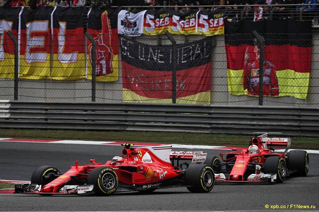 Машины Ferrari на трассе Гран При Китая