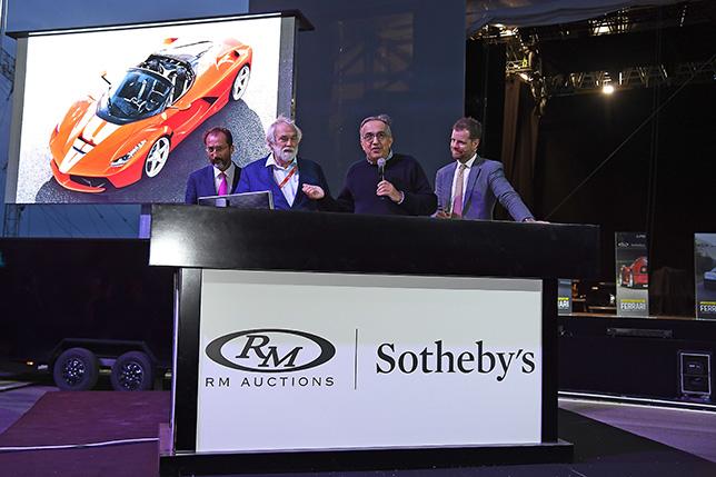 Президент Ferrari Серджио Маркионне (второй справа) остался доволен итогами юбилейного аукциона