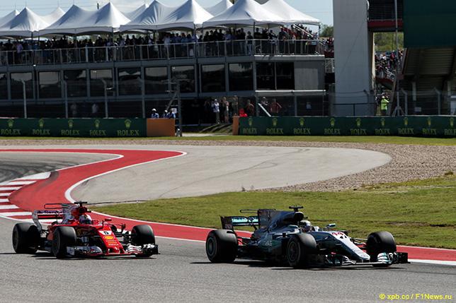Машины Ferrari и Mercedes на трассе Гран При США