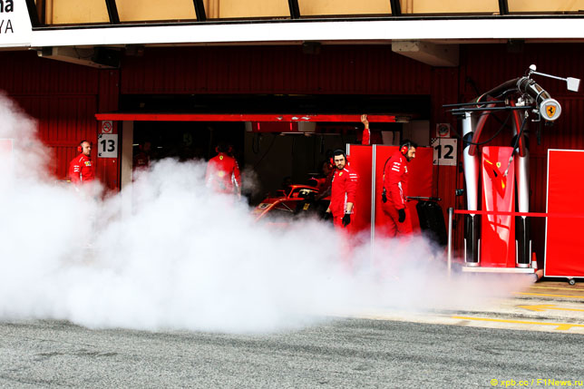 Клубы дыма в боксах Ferrari