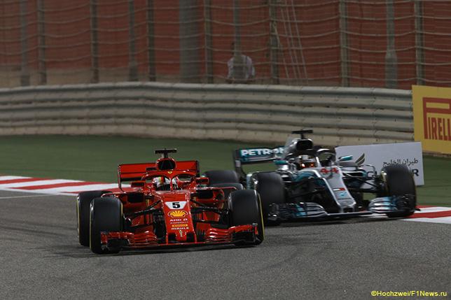 Себастьян Феттель борется с Льюисом Хэмилтоном на трассе Гран При Бахрейна