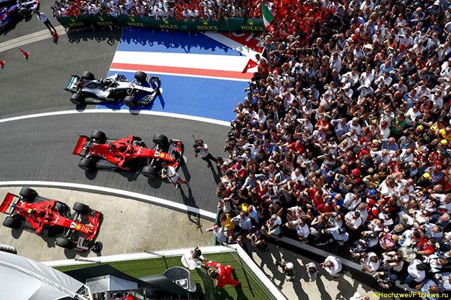 Машины Ferrari и Mercedes после финиша Гран При Великобритании
