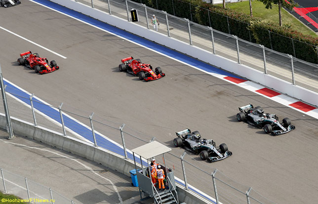 Машины Mercedes и Ferrari на трассе Гран При России