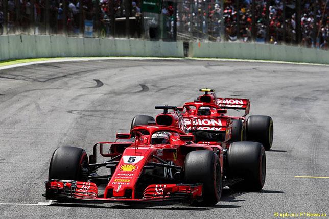 Машины Ferrari на трассе Гран При Бразилии