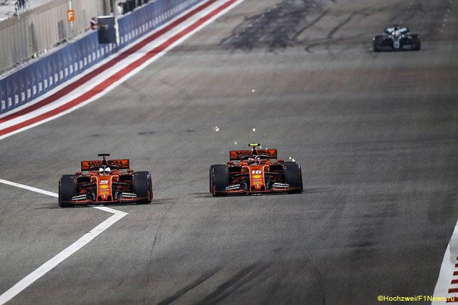 Машины Ferrari на трассе Гран При Бахрейна