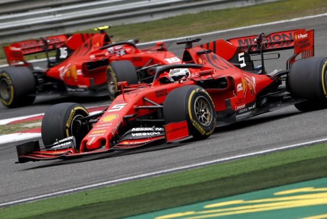 Машины Ferrari на трассе в Шанхае