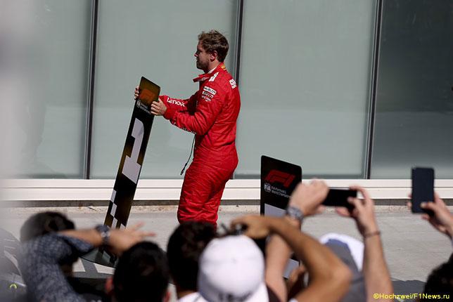 После гонки Себастьян Феттель поменял местами таблички с номерами позиций на финише, поставив к своей Ferrari табличку с номером
