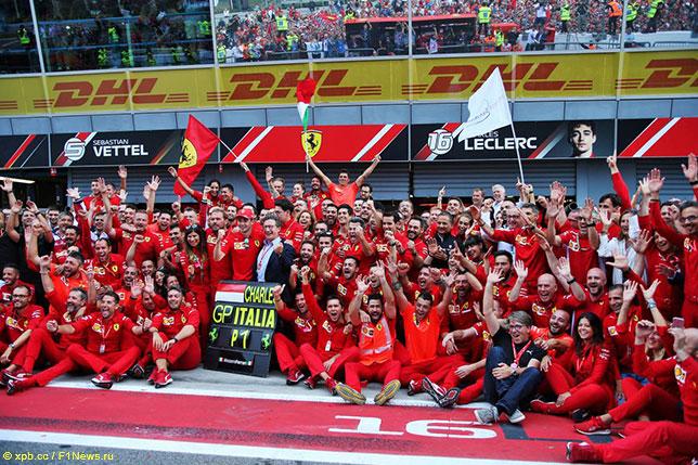 Команда Ferrari празднует победу в Гран При Италии