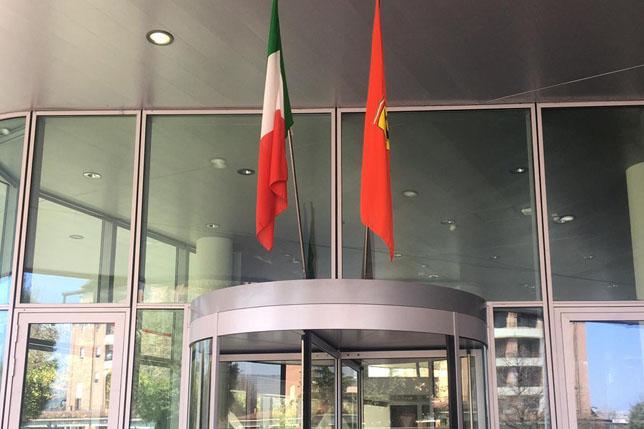 Флаги Италии и Ferrari в Маранелло