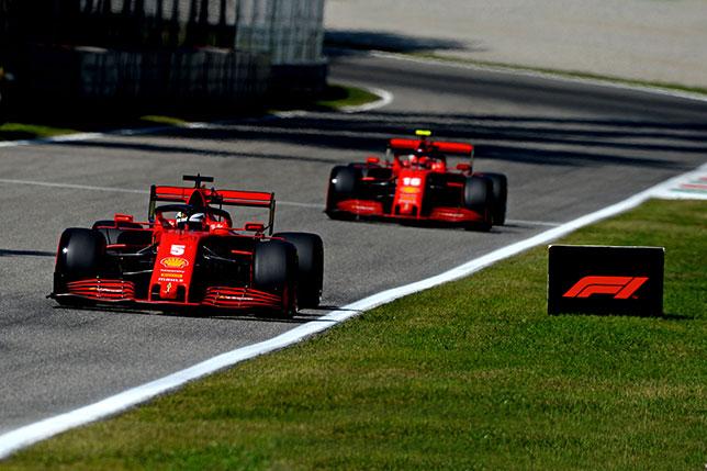 Машины Ferrari на трассе Гран При Италии