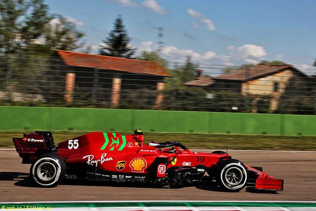 Карлос Сайнс на трассе в Имоле за рулём Ferrari SF21