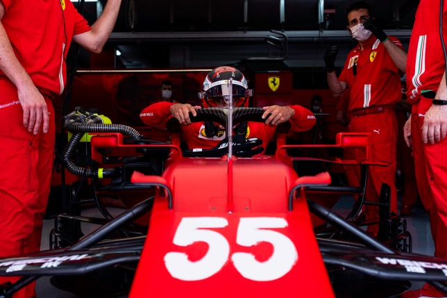 Карлос Сайнс в боксах Скудерии, фото пресс-службы Ferrari