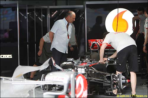 Рон Деннис в боксах McLaren