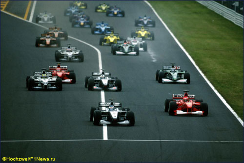 Мика Хаккинен захватывает лидерство на первых метрах Гран При Японии 2000 года