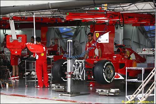 Машины F2012 в боксах Ferrari