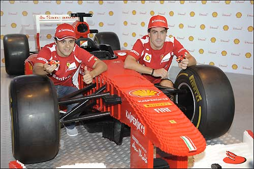 Гонщики Скудерии и игрушечная Ferrari