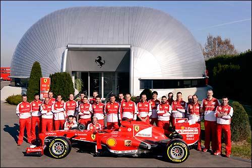 Групповая фотография механиков Ferrari