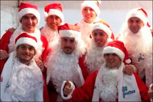 Гонщики в костюмах Санта-Клаусов