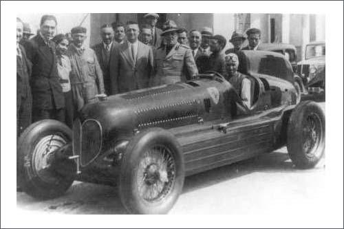 Тацио Нуволари за рулём Alfa Romeo P2, рядом с машиной шестой слева - Энцо Феррари